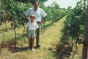 1992: Federico nella vigna con papà Franco
